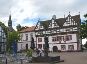 1024px-Rathaus_mit_Alheydbrunnen01